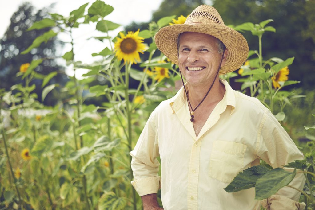 Saro Gerd Ratter, Firmengründer von bioSim im Sonnenblumenfeld